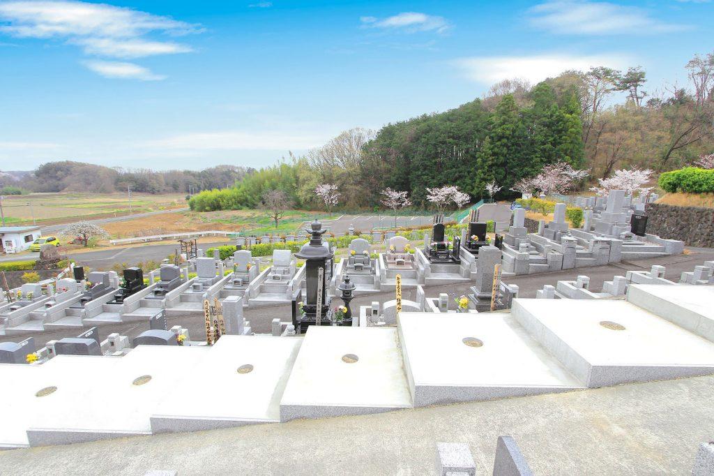 埼玉県北部の花園むさしの浄苑では永代使用料無料の2.25㎡霊園墓地区画を分譲しています。