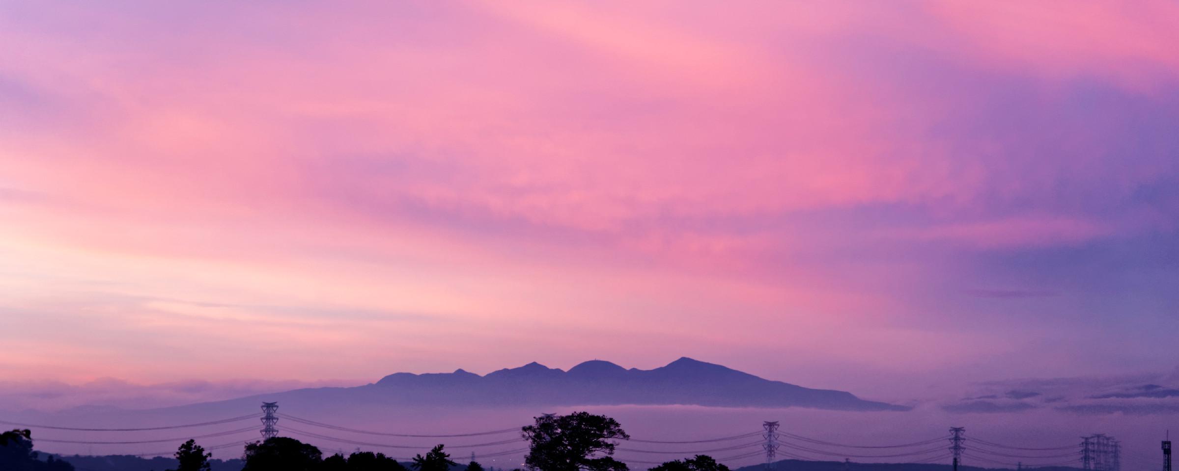 雲海と夕焼けに包まれた幻想的な赤城山