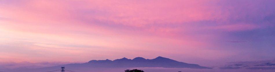 夕焼けと雲海に包まれた赤城山